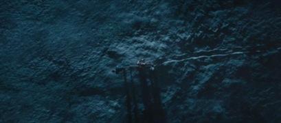 Tombée en panne suite à l'attaque du Mandarin, l'armure devient un poids mort que Stark a à traîner derrière lui. La prise de vue en plongée avec un cadre de grand ensemble accentue la sensation d'écrasement et de lourdeur. D'une part, ce plan exprime l'ambivalence de la technologie qui peut aussi bien alléger la vie que créer des complications une fois tombée en panne. D'autre part, il extériorise la dépendance de Stark vis-à-vis de son armure.