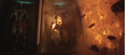 La destruction des armures mise en prologue du film peut dès lors se comprendre comme un adieu aux carapaces que le super-héros s'est forgées afin d'échapper à ses angoisses. Elle annonce ainsi le terme du film qui sera la libération du super-héros vis-à-vis de ses objets technologiques et du faux sentiment de sécurité que lui confèrent ces objets.