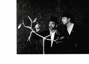 En attendant Godot de Samuel Beckett, Düsseldorfer Schauspielhaus, mise en scène Karl Heinz Stroux, 7 mars 1959. Photographie : Hans-J. Witkowski. De gauche à droite : Otto Rouvel, Karl Maria Schley. Source : © Theatermuseum Düsseldorf
