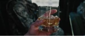 Il est remarquable que la présence de Stark soit signalée en premier lieu par un gros plan sur un verre de whisky on the rock et non pas sur son visage. C'est comme si le luxe et la frivolité font partie de son essence même ; comme si les difficultés, la mort et le sang ne possèdent aucune existence dans son monde, et fabriquer des armes équivaut à créer des jouets pour des adultes désormais bien raisonnables et responsables. Ainsi, dès l'ouverture du film, le film attire notre attention sur cette attitude paradoxale et complètement irréaliste d'enfant se trouvant au cœur de l'enfer sans même s'en rendre compte.