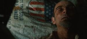 C'est à partir de l'expérience non seulement de la souffrance, de la désillusion, mais aussi et surtout humaine que s'amorce dans le cœur de Tony Stark le tournant éthique. Ici, l'image de son ami qui vient de mourir  à côté du drapeau américain accuse l'Amérique et nous fait comprendre ainsi la remise en question de Stark quant à ses certitudes et à ses convictions patriotiques.